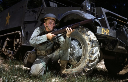 Infantryman_in_1942_with_M1_Garand,_Fort_Knox,_KY